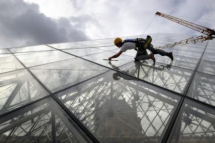 Nettoyage pyramide louvre bertrand rieger photographe for Architecte de pyramide